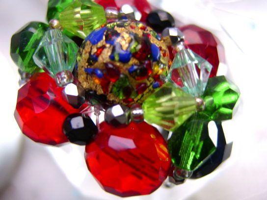 Nicht nur für strahlende Gemüter ist dieser Ring in leuchtenden Farben diesem dunklen Blau dem leuchtenden rot und smaragdgrün:  ein gute Laune Hinguc