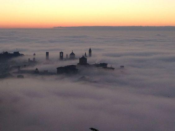 Potrebbe sembrare una cartolina natalizia, con le lucine del presepe che emergono dalle nuvole, ma in realtà è il paesaggio che gli abitanti di Bergamo si sono trovati di fronte al risveglio. Negli scatti postati sul suo profilo Facebook, Pietro Mastinu ha catturato la bellezza della C