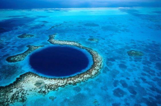 El Gran Agujero Azul: un hermoso sumidero de más de 300 metros de ancho y 123 de profundidad en la costa de Belice.