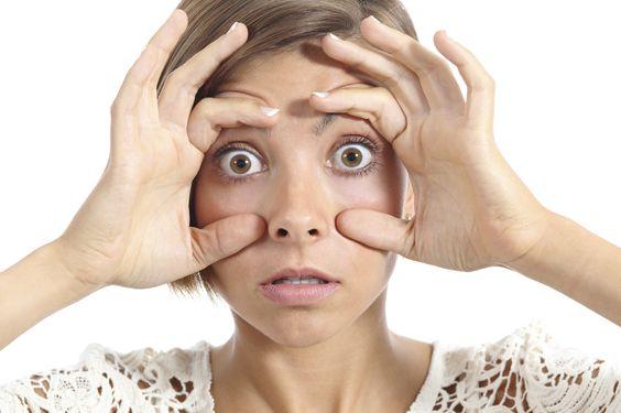 Oltre all'età e alla fragilità di quest'area, ci sono fattori su cui possiamo intervenire per evitare uno sguardo invecchiato già a trent'anni