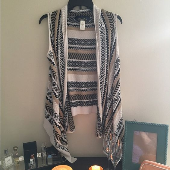 Francesca's patterned open vest Aztec patterned open vest. Gently worn and in good condition. Minor pilling. Perfect with a t-shirt and jeans. Francesca's Collections Jackets & Coats Vests