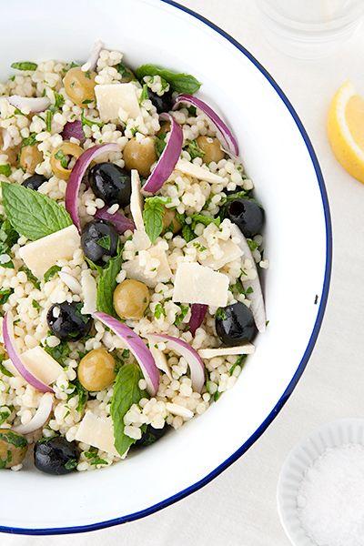 Come preparare il couscous israeliano, chiamato ptitim, in insalata con olive, cipolla, menta e parmigiano.