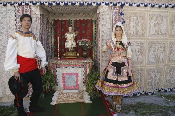 La bella decoración del pueblo con telas y altares dedicados al Niño Jesús, sumada a la recuperación por los lagarteranos de sus trajes regionales, convierte su Corpus en un espectáculo visual único. Peña