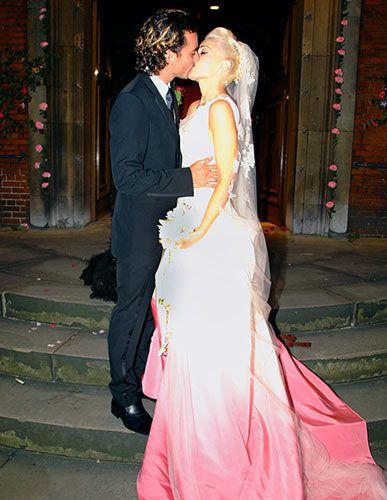 Robe de mariée Gwen Stefani aux tons rouge et blanc