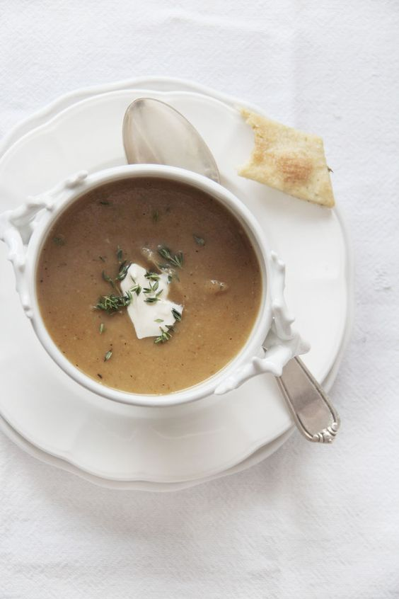 Suppe aus gerösteten Pastinaken und Knoblauch mit Thymian-Crackern