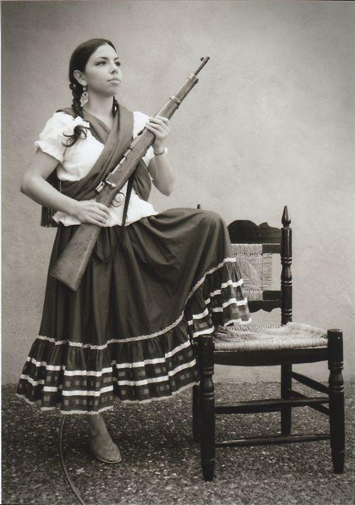 Esta es La Adelita, la dama de la revolución. Ella estaba durante revolución Mexicana como la líder de las mujeres. Hoy en día, durante la celebración se visten las mujeres en trajes similares en honor de Adelita.: