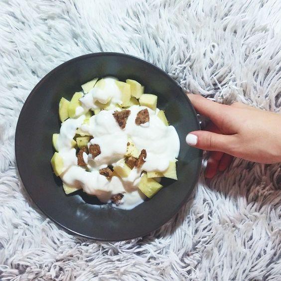 A reponer fuerzas para seguir estudiando con mi almuerzo favoritísimo; una manzana con yogur natural 0% y una galleta de avena a trocitos ❤ (y también para celebrar que por fin bajo de los 67 en la báscula, OLE). ¿Vuestro día está siendo también de estudio al máximo?  #instafit #motivation #fit #fitness #food #dinner #fruit #fruits #apple #avena #eatclean #grow #focus #dedication #strength #ripped #swole #fitness #bigbench #cardio #grind #lifestyle #pushpullgrind