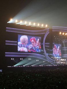 Tokyo Dome  at ring ding dong,  Taemin is trying to keep his leg movements to the minimal, but he's still dancing. Taemin still completed his solo dance for RDD and the other 4 all looked at him while he was dancing.