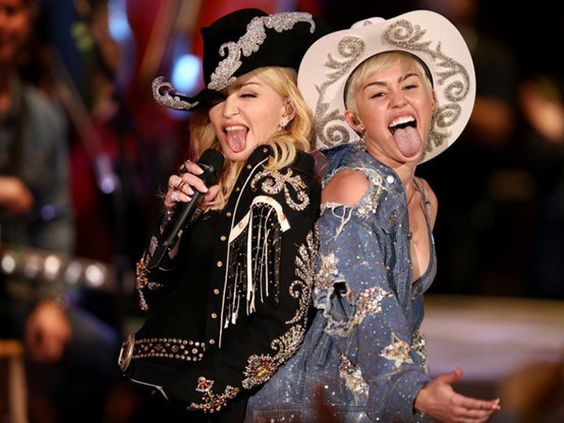 Miley Cyrus ganha beijo de Madonna nos bastidores de seu 'Acústico MTV' - Yahoo Celebridades Brasil