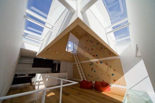 Jeżeli idealne mieszkanie to takie, które odzwierciedla styl życia i upodobania mieszkańców, to tokijski dom 'outdoors-indoors' jest idealny. Zaprojektowany przez japońską pracownię be-fun design Tsuyoshi Shindo wspólnie z Kohei Iwasaki i Tora Abe ze studia EANA dom powstał dla pary, której pasją jest wspinaczka wysokogórska.  http://sztuka-wnetrza.pl/386/artykul/po-sciance-na-taras