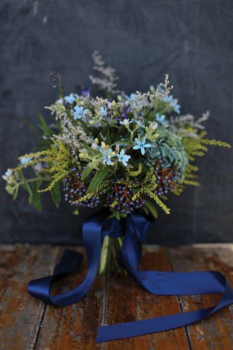 Buquê de casamento com tons em classic blue. #pantone2020 #casamento #wedding #pantone #paletadecores #cor2020 #cordoano #pantoneclassicblue #classicblue