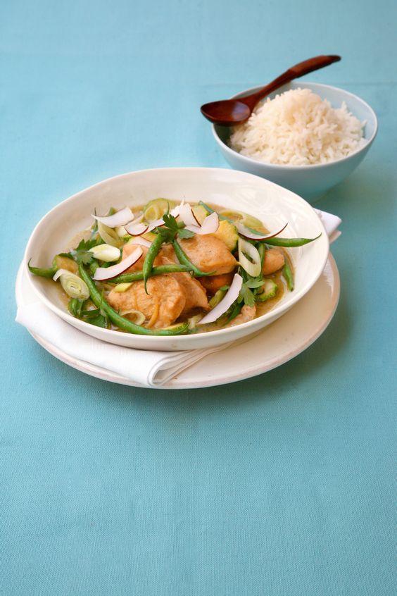 Scopri la ricetta del pollo al curry con zucchine e fagiolini, perfetto per un pranzo completo e salutare. Dai un'occhiata agli ingredienti su Sale&Pepe.