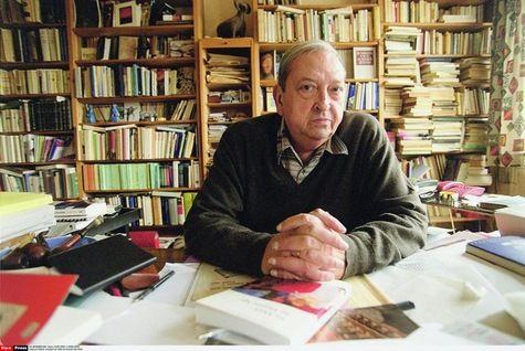L'historien Jacques Le Goff à son bureau.