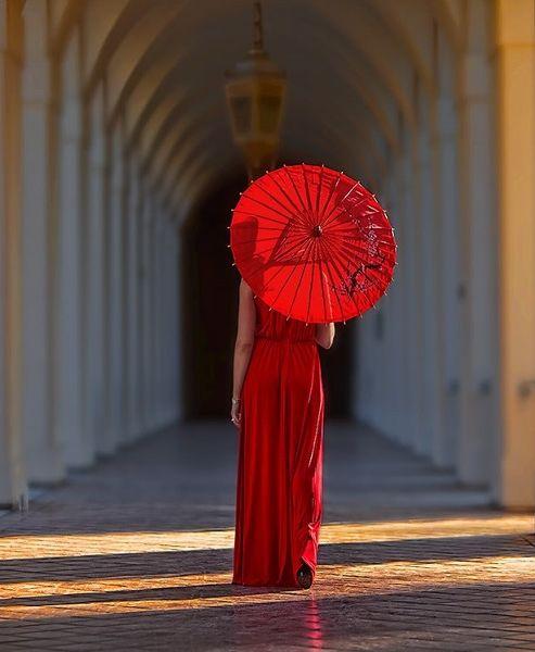 Femme avec un parapluie rouge