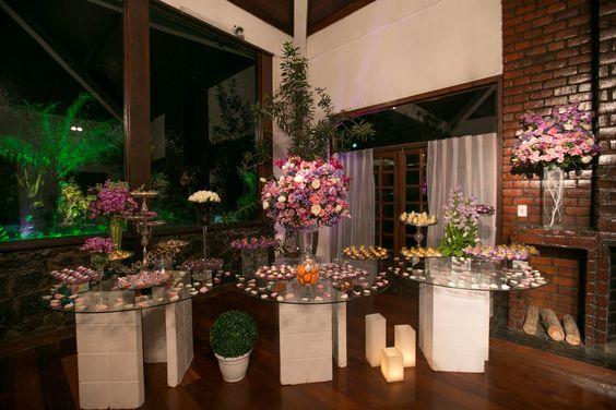 de casamento em tons de lilás  arranjos florais  mesas de