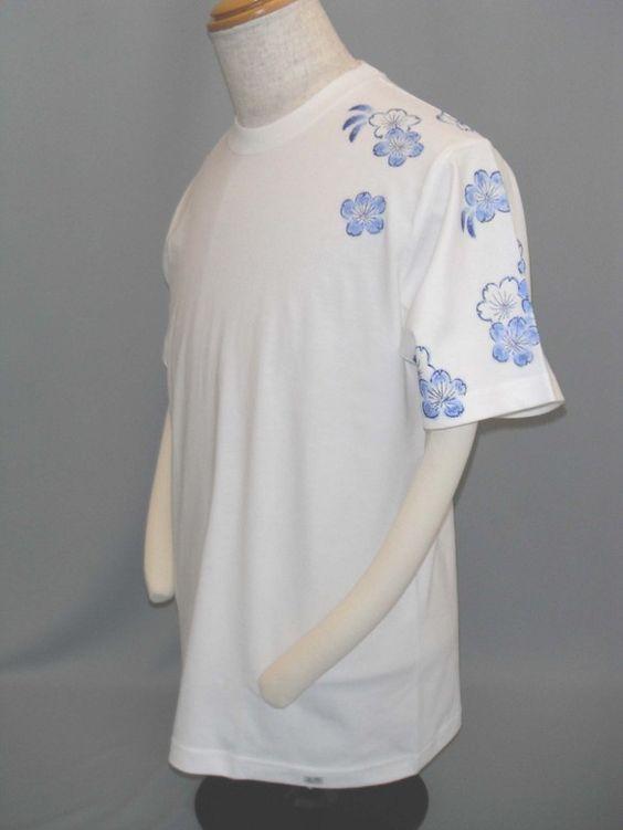 桜が肩から袖に、背の裾に藍色で描かれています。袖、肩にデザインがあるのは手描きならではだと思います。サイズ違い受注生産いたします。素材:綿100% 縫製糸ポリ...|ハンドメイド、手作り、手仕事品の通販・販売・購入ならCreema。