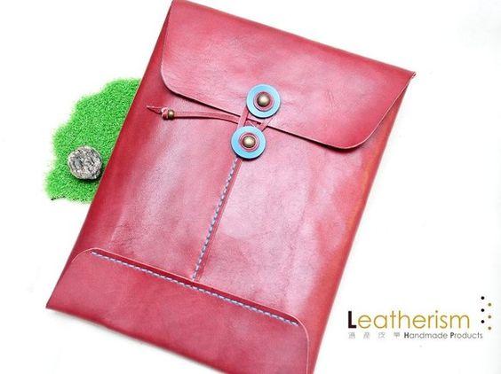 サイズ:約200mm(W)x 265mm(H) □レザータブレットケースを手縫いで作りました。□丸ボタンをつけ、ストラップで開閉します。□色は、ロースレッドの...|ハンドメイド、手作り、手仕事品の通販・販売・購入ならCreema。