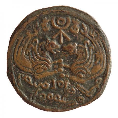"""Zwei Senmurv-Protome einander gegenübergestellt, dazwischen Tamga; baktrische Aufschrift """"Pangul, seine Majestät, der Lord"""" 7./8. Jh.:"""