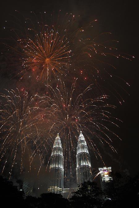 馬來西亞吉隆坡的雙峰塔與煙火相互輝映。 圖/美聯社
