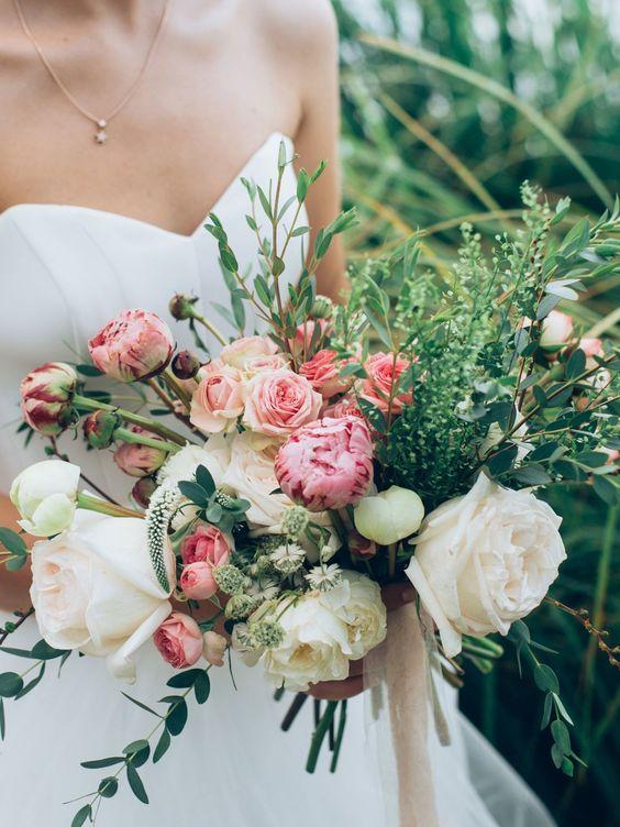 Der Bräutigam ist für den Brautstrauß verantwortlich! Er sucht ihn aus, kauft und überreicht ihn kurz vor der Trauung seiner Braut. So…