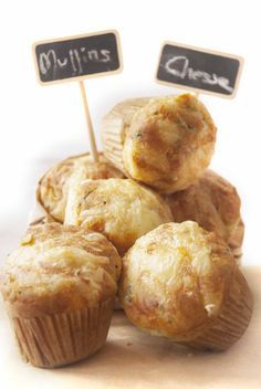 Muffins salados de queso y hierbas.