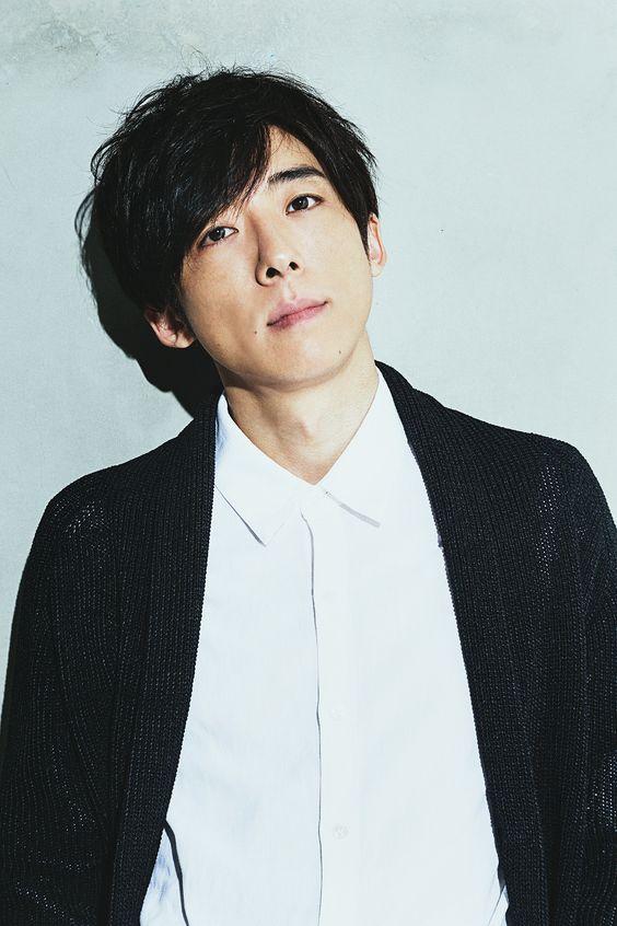 白いシャツに黒いカーディガンを着ている高橋一生の画像