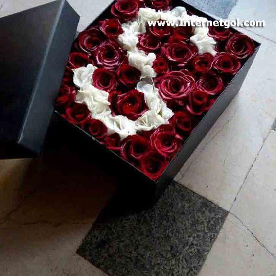 جعبه گل رز قرمز و سفید طرح حرف S انگلیسی با ارتفاع 20 سانتی متر و عرض و طول 30 در 40 سانتی متر شامل 30 گل ر Flower Box Gift