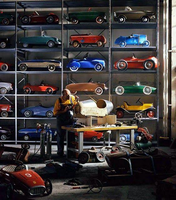 Atelier de petites voitures. Je veux les mêmes étagères remplies jusqu'au plafond de voiturettes rétro de toutes les couleurs !