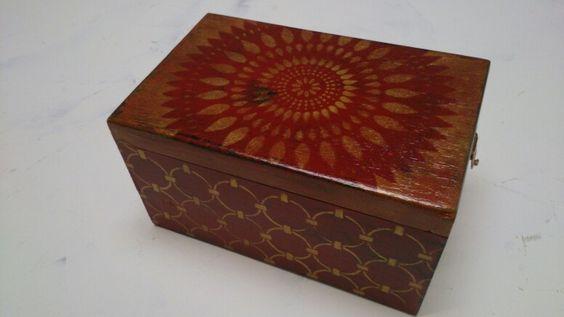 Caja de puros d carmen decorada con plantillas