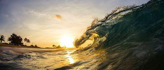 """Kenji Croman descobriu na fotografia sua forma de se comunicar com o mundo. Nascido e criado no Havaí, para muitos a """"Disneylândia"""" do surfe, Kenji desenvolveu uma habilidade incrível de registrar ondas em composições espetaculares, sob um céu lindo e o incrível efeito do sol. As imagens capturadas com uma câmera presa ao pulso são...<br /><a class=""""more-link"""" href=""""https://viagem.catracalivre.com.br/brasil/mundo-viagem/indicacao/as-ondas-perfeitas-do-havaiano-kenji-croman/"""">Continue lendo…"""