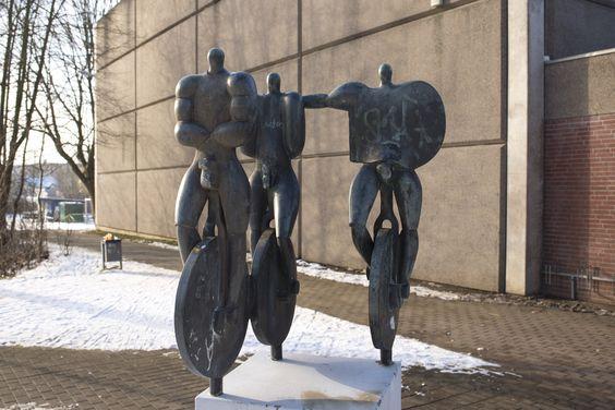 #Kiel Drei muskelbepackte und vor Männlichkeit strotzende Kerle sind in einer Gruppe auf dem Einrad unterwegs. Die wackeligen Räder stehen dabei im Kontrast zur stolz zur Schau gestellten Körperlichkeit....