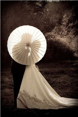 Mooie bruidsfoto met parasol