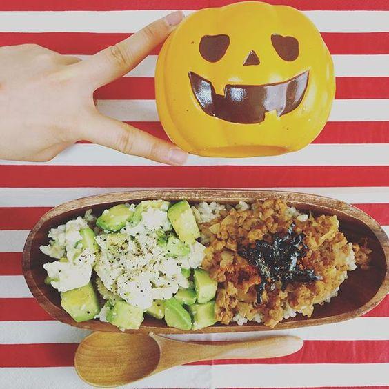 ハロウィン♡ランチ  ハッピーハロウィン♡ 今年は土曜日ハロウィン!ってことで、みんなイベントにお出かけかな?❤️ 私は夜からお出かけ!なので、ランチはお家でまったりと。( ^ω^ )  今日のメニューは  アボカド豆腐丼 大豆ミートのぼろ丼 のハーフ&ハーフ(๑´ڡ`๑)  ジャックオランタンを置いて、ハロウィンっぽさを出してみたよ笑  今日の都内はいろんなお化けがいて楽しそうだ!!♩ 夜まで体力温存❤️ #ハロウィン #ジャックオランタン #関係なし #ランチ #おうちごはん #ワンボール #手作り #アボカド #豆腐 #丼ぶり #lunch #lunchtime #instagood #instacook #homecooking #cooking #halloween