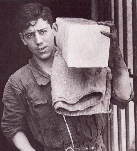 Hasta finales de los años 50, era corriente verlos por las calles de Madrid suministrando hielo para las neveras, la gente compraba una barra media o incluso un cuarto