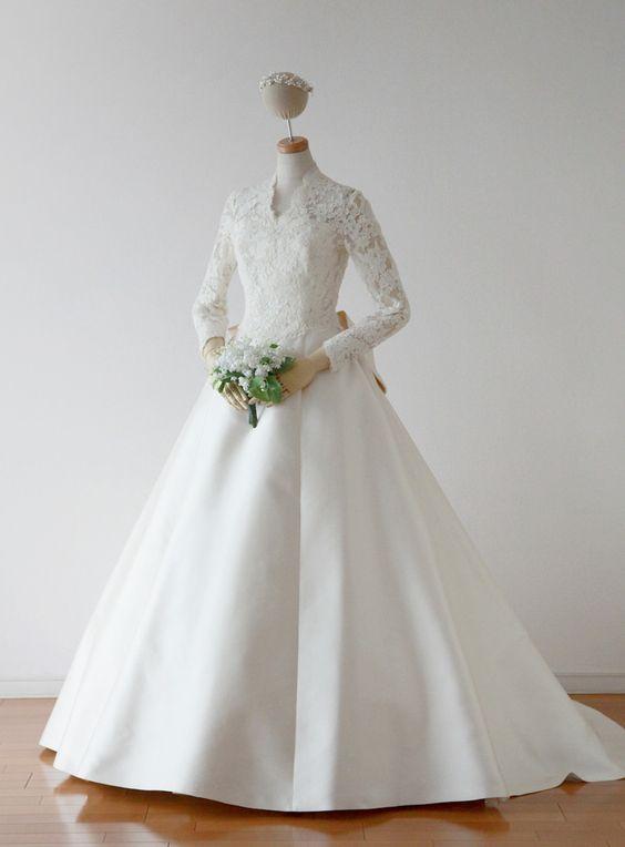 まるでロイヤルウエディング!袖付き・肩あり上品ドレス♡ 真っ白なミカドシルクを使ったウェディングドレス・花嫁衣装一覧。
