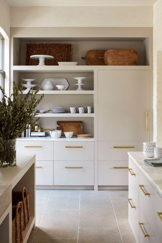 Deze Keuken Is Mooi Strak Maar Met Een Chique Knipoog De Gouden Handgrepen Maken Hem Lekker Luxe Keuken Ontwerp Gerenoveerde Keuken Thuis Keukens