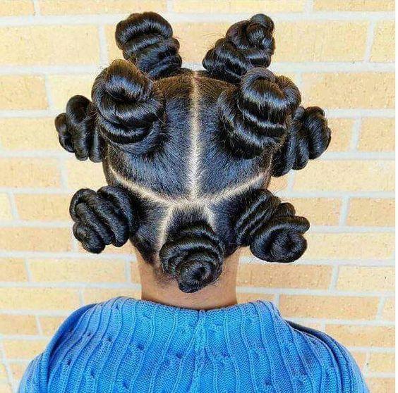 Les coiffures protectrices les plus populaires pour les cheveux de type africain sont les tresses, les twists ou vanilles, les tissages et les extensions. Pourtant, certaines femmes ont soif d'authenticité et de créativité pour styliser leurs cheveux. Alors pourquoi ne pas essayer les bantu knots? Bien qu'étant une coiffure traditionnelle, ce style capillaire tient son … Continuer la lecture de Coiffure : 10 modèles originaux de Bantu Knots →