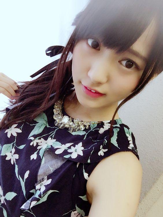 花柄の黒い服の菅井友香