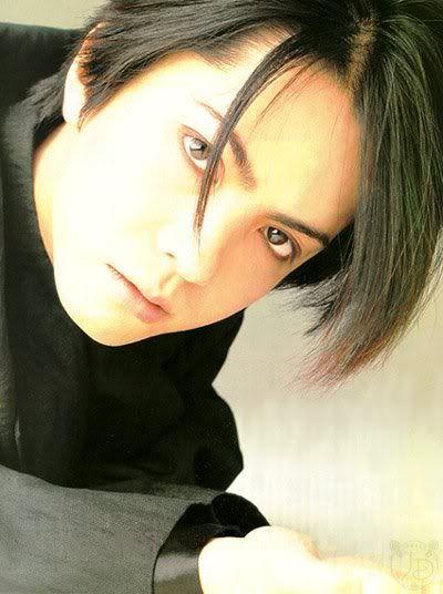 黒い衣装を着た黒髪ボブスタイルのL'Arc〜en〜Ciel・hydeの画像