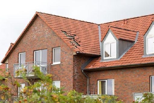 """Homeplaza - Kleine Klammern an Dachpfannen helfen gegen große Launen der Natur - Von wegen """"vom Winde verweht"""""""