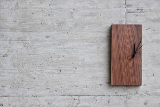 Massivholz-Uhr im schlichten, modernen Design. Die leicht gebrochenen oder teilweise mit Rinde versehenen Kanten geben jeder Uhr eine individuelle Note. Durch die offenporige, geölte und mit Bienenwachs behandelte Oberfläche kann die Luftfeuchtigkeit gut aufgenommen und abgegeben werden, wodurch ein wichtiger Beitrag zu einem gesunden Raumklima geleistet wird. Zudem ist ein leichter, angenehmer Geruch von Bienenwachs zu verspüren.