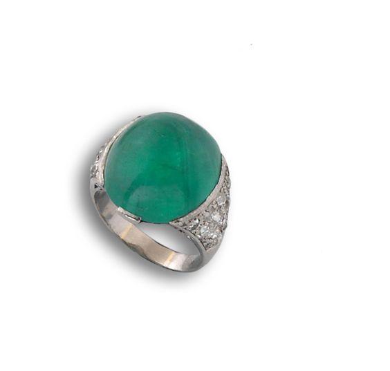 Sortija años 20 platino, esmeralda y diamantes