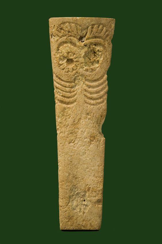 Ídolo oculado en hueso pulido. Sociedad de Los Millares (2600-2300 a.d.e). Representación simbólica con