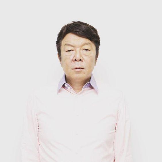 白いシャツを着た七三分けをしている古田新太の画像