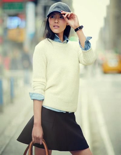 Casquette + chemise en jean glissée sous un pull + mini jupe trapèze noire = le parfait look girly-sporty-urbain