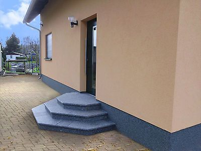 treppe aussen haus eingang podest naturstein granit beton stufe tritt gr nlich haus. Black Bedroom Furniture Sets. Home Design Ideas
