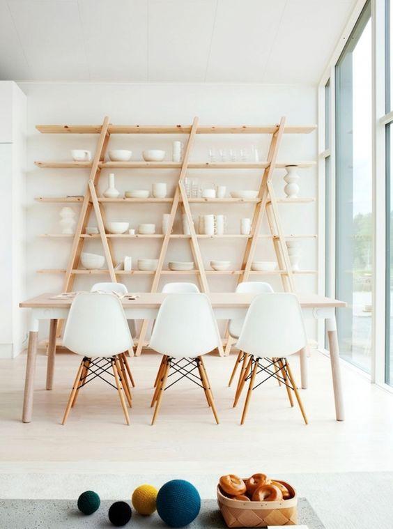 Aprenda a fazer uma estante de escada charmosa para a sua sala.