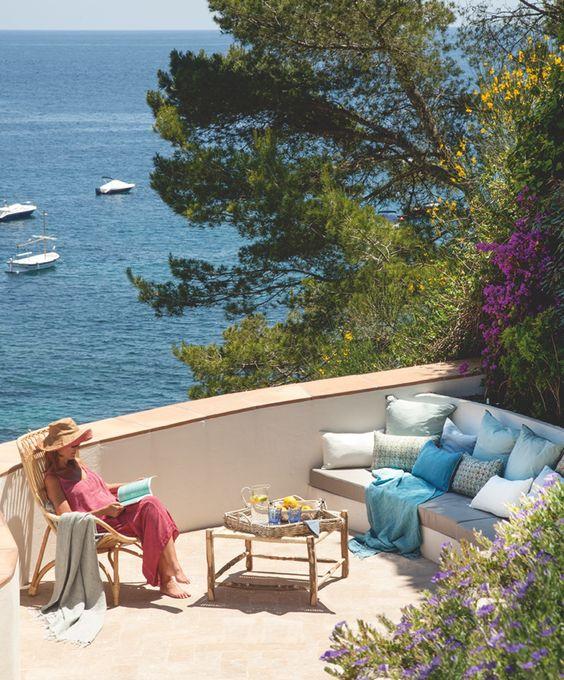 Postal de verano. En la terraza, muebles de obra y de bambú crean un rincón para leer hasta el anochecer con la brisa fresca del Mediterráneo.: