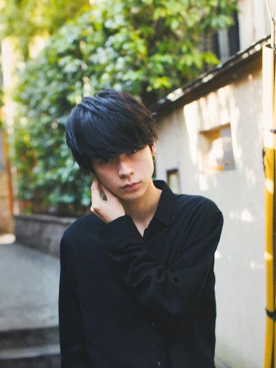 まっすぐ前を見つめている成田凌のかっこいい高画質画像