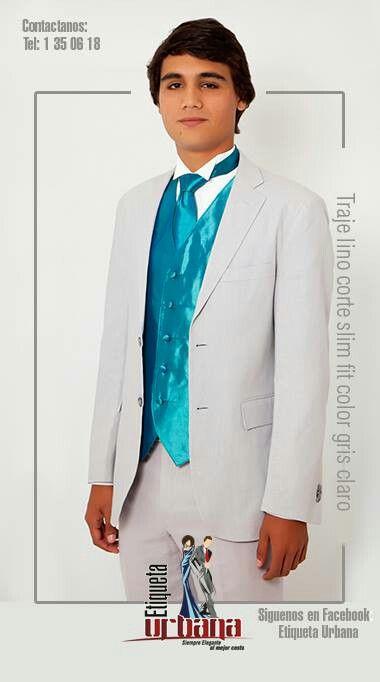 Traje de lino corte slim fit color gris claro combinado con chaleco y corbata en color